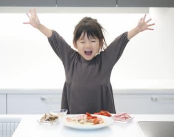 キッチンで料理のお手伝いをする女の子
