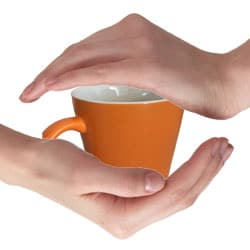 保温のイメージ(マグカップを手で包み込む)