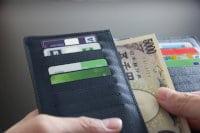 財布から5000円を取り出す