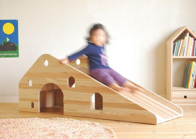 室内の滑り台で遊ぶ子供