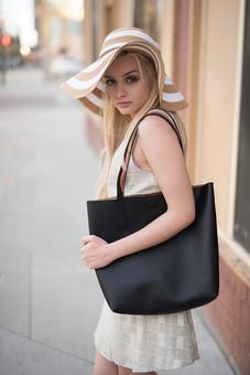 黒い鞄を持つ女性