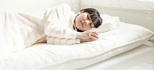 雲のやすらぎプレミアムで寝る女性