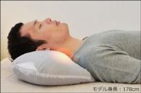 『マグーラ』で寝る男性-側面