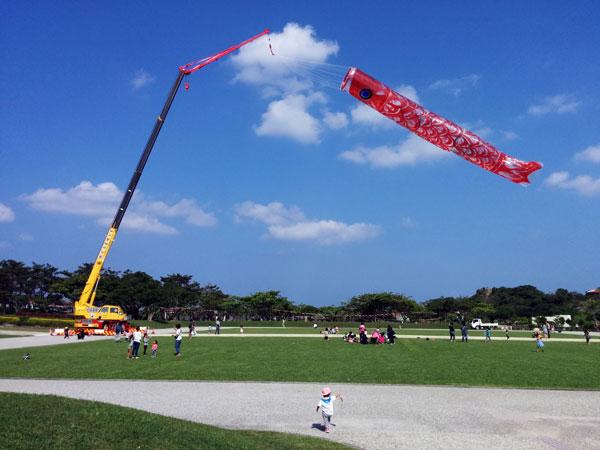 沖縄県の糸満市平和記念公園の30mこいのぼり