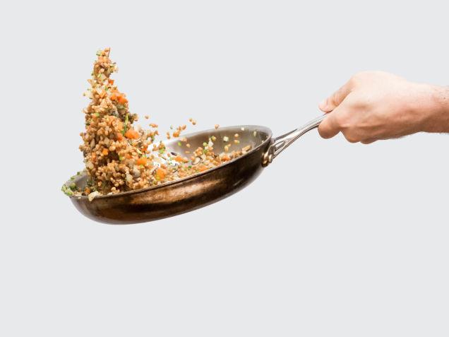 フライパンをあおって材料を撹拌