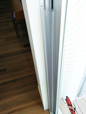 キッチン横ドアに貼ったフィンガーアラート
