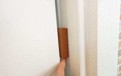 引き戸のドア枠に張り付けたコルク