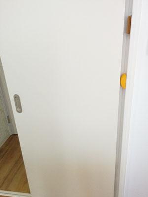 引き戸のドア枠に張り付けたドアストッパーとコルク