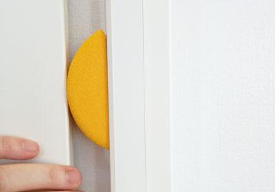 引き戸のドア枠に張り付けた高反発素材のドアストッパー