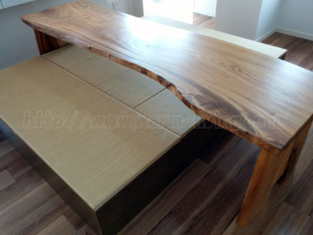 ヨシオ家の高床式ユニット畳をまたぐオーダーテーブル