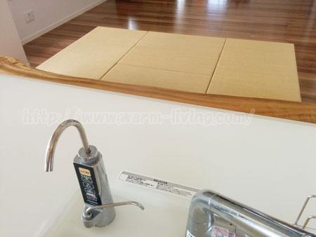 ダイニングテーブルと畳のキッチンのシンク側からの視点