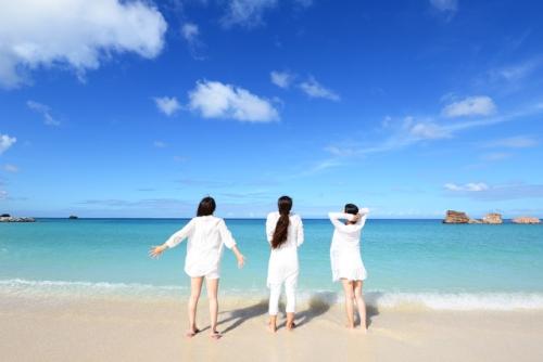 沖縄のビーチではしゃぐ女性3人