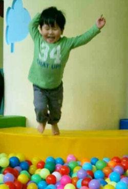 子供がジャンプ