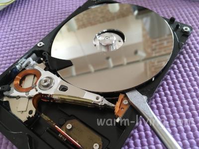 HDD破壊_スピンドルからプラッタを外す4