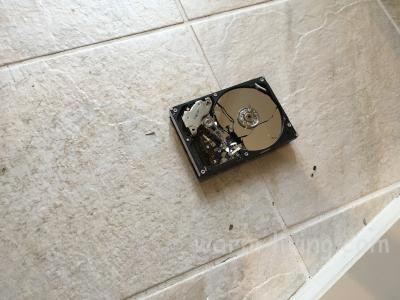HDD破壊_プラッタが飛び散るので玄関で破壊作業