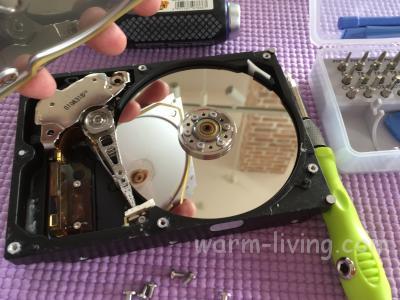 HDD破壊_HDDの蓋を外す