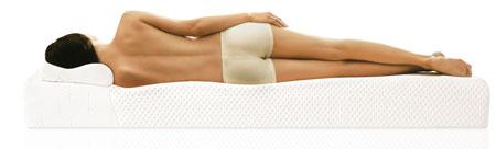 テンピュールのベッドで寝る女性