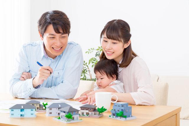マイホーム計画中の家族