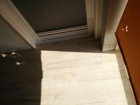 東側窓のロールスクリーンから差し込む日光